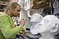 Beeldend kunstenaar werkend aan sculptuur in het attelier van Guido Geelen. - Rotterdam - 20426343 - RCE.jpg