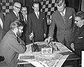 Begin 23e Hoogovenschaaktoernooi te Beverwijk, eerste zet bij partij Larsen en O, Bestanddeelnr 911-9716.jpg