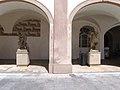 Benátky nad Jizerou, sochy na zámeckém nádvoří.jpg