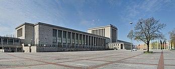 Vista da entrada principal do Messe Berlin, um centro de exposições e convenções localizado no distrito de Charlottenburg-Wilmersdorf, em Berlim, Alemanha.  (definição 11920×4728)