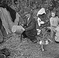 Blikslager, de vader van het gezin, repareert een emmer, Bestanddeelnr 191-0821.jpg