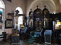 Boczny ikonostas i Golgota cerkwi Trójcy Świętej w Lipawie.jpg