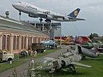 Boeing 747 über Liller Halle (37024522593).jpg