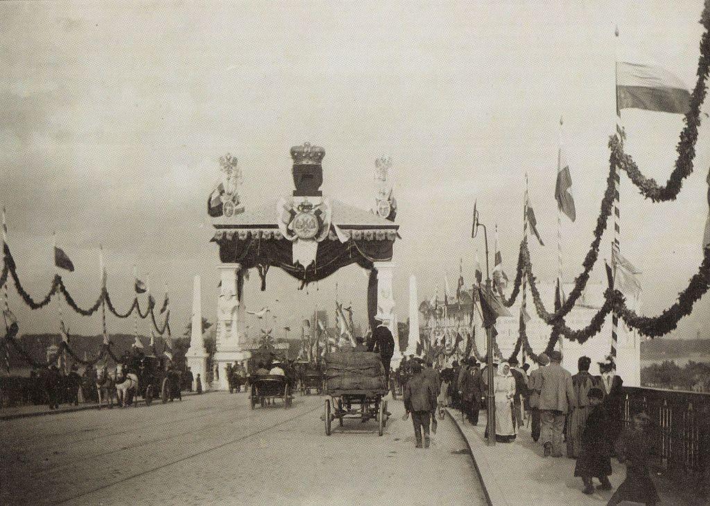 Brama triumfalna na przyjazd cara Mikołaja II ul. Aleksandrowska w Warszawie.jpg