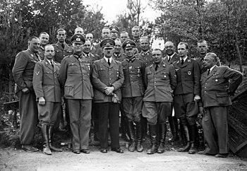 Bundesarchiv Bild 183-R99057, Führerhauptquartier, Adolf Hitler mit Stab