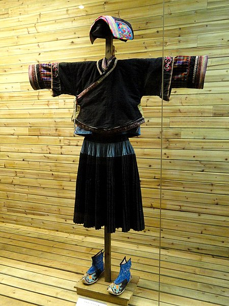 Tiedosto:Buyi woman polished-cloth clothes - Yunnan Nationalities Museum - DSC04248.JPG