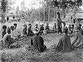 COLLECTIE TROPENMUSEUM 'Bespreking van Parbaringins over de gunstigste dag voor het feest van 'manden horboe bioes' (sawahbewerking) Samosir' TMnr 10011038.jpg