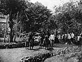 COLLECTIE TROPENMUSEUM Groep mannen met een gevangen tijger te Soepajang in de Padangse Bovenlanden Sumatra`s Westkust TMnr 60003603.jpg