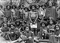COLLECTIE TROPENMUSEUM Groep mannen van Wolo en Bama met kroeshaar Oost-Flores TMnr 10006060.jpg