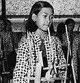 COLLECTIE TROPENMUSEUM Portret van een meisje dat angklung speelt in het angklungorkest TMnr 20000365.jpg