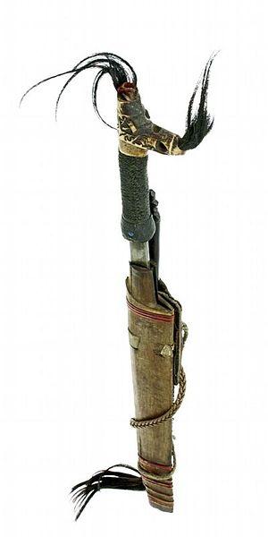File:COLLECTIE TROPENMUSEUM Zwaard met gevest van been schede en mesje TMnr A-2983.jpg