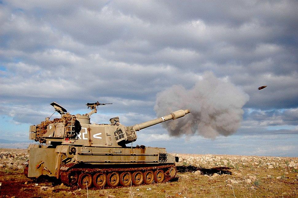 תותח מתנייע הוביצר M109 של חיל התותחנים הישראלי יורה פגז