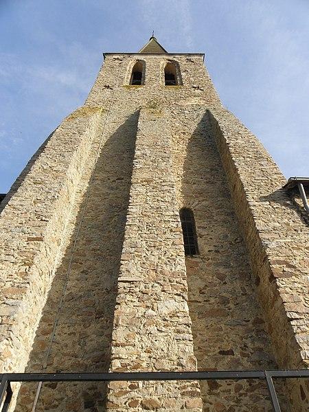 Extérieur de l'église Notre-Dame de Châteauneuf-sur-Sarthe (49). Vue septentrionale de la tour-clocher.