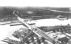 Great Bridge (Cambridge) - The Great Bridge in 1907, with the recently constructed Weld Boathouse in the foreground and Harvard Stadium in the background.