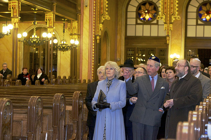 Fájl:Charles and Camilla in Dohány Street Synagogue.jpg