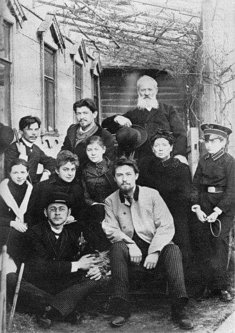 Сверху: Иван, Александр, Павел Егорович. Второй ряд: М. Корнеева, Лика Мизинова, Мария, Евгения Яковлевна, Серёжа Киселёв. Снизу: Михаил, Антон. 1890 год.