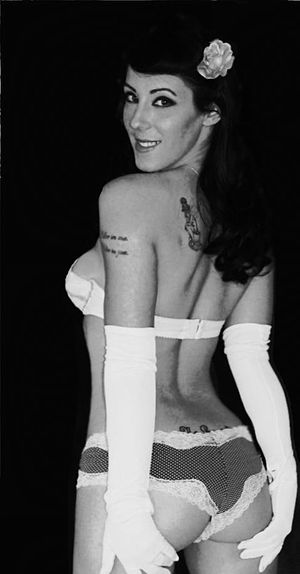 English: Burlesque Artist Photo of Cherie Fata...