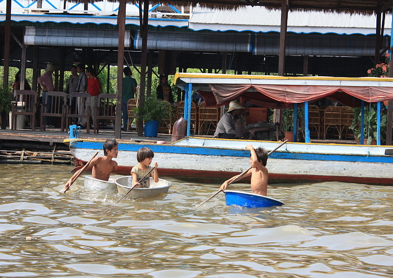 File:Chong Kneas floating village (4380157829).jpg