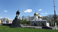 Christ Resurrection church and Lenin in Krichev (Belarus).JPG