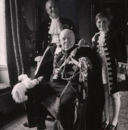 Winston Churchill, su hijo Randolph y su nieto Winston, vestidos para la ceremonia de coronación de Isabel II en 1952.