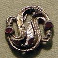 Cividale, man, fibula a S in argento dorato, da necropoli san giovanni 02 con granati almandini.jpg