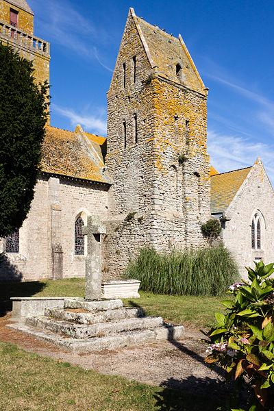 Angle sud-ouest du clocher roman de l'église saint Pierre à Gatteville-le-Phare (France)