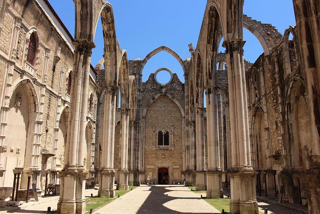 > Nef de l'église des Carmes à Lisbonne. Photo de Singa Hitam