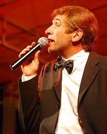 Dario Ballantini nei panni di Gianni Morandi.