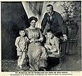 Der Großherzog und die Großherzogin von Hessen mit ihren Kindern, 1912.jpg