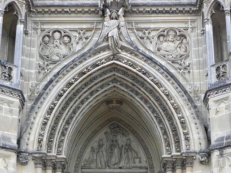 Façade occidentale de la chapelle royale Saint-Louis de Dreux (28). Tympan et archivoltes.