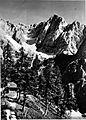Erjavčeva koča na Vršiču s Škrlatico v ozadju 1928.jpg