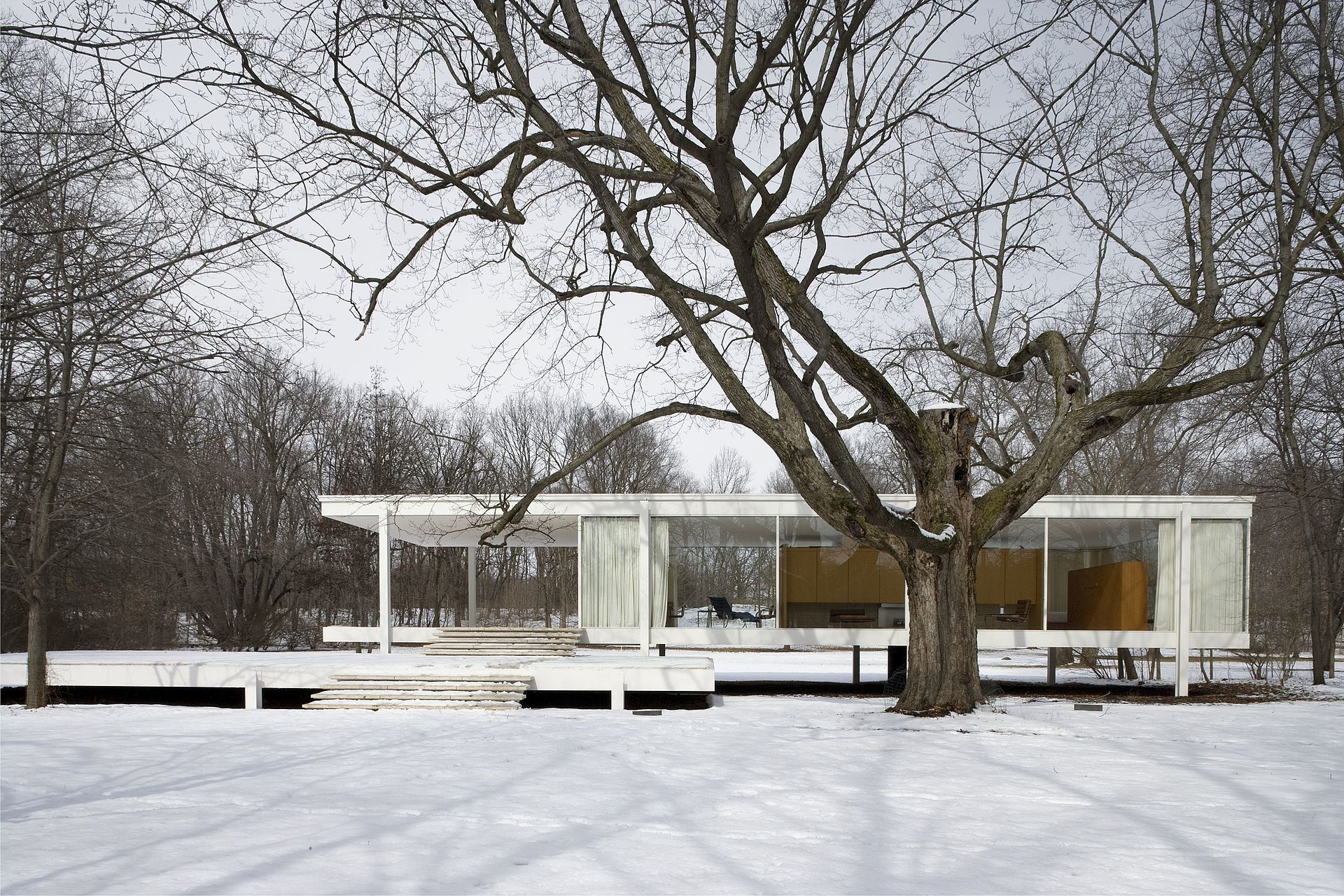 https://upload.wikimedia.org/wikipedia/commons/thumb/e/e1/Farnsworth_House_2006.jpg/1920px-Farnsworth_House_2006.jpg