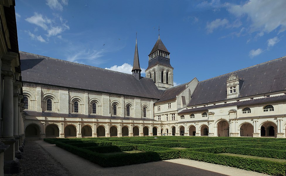 Cloître de Grand-Moûtier et abbatiale, à l'abbaye royale de Fontevraud.