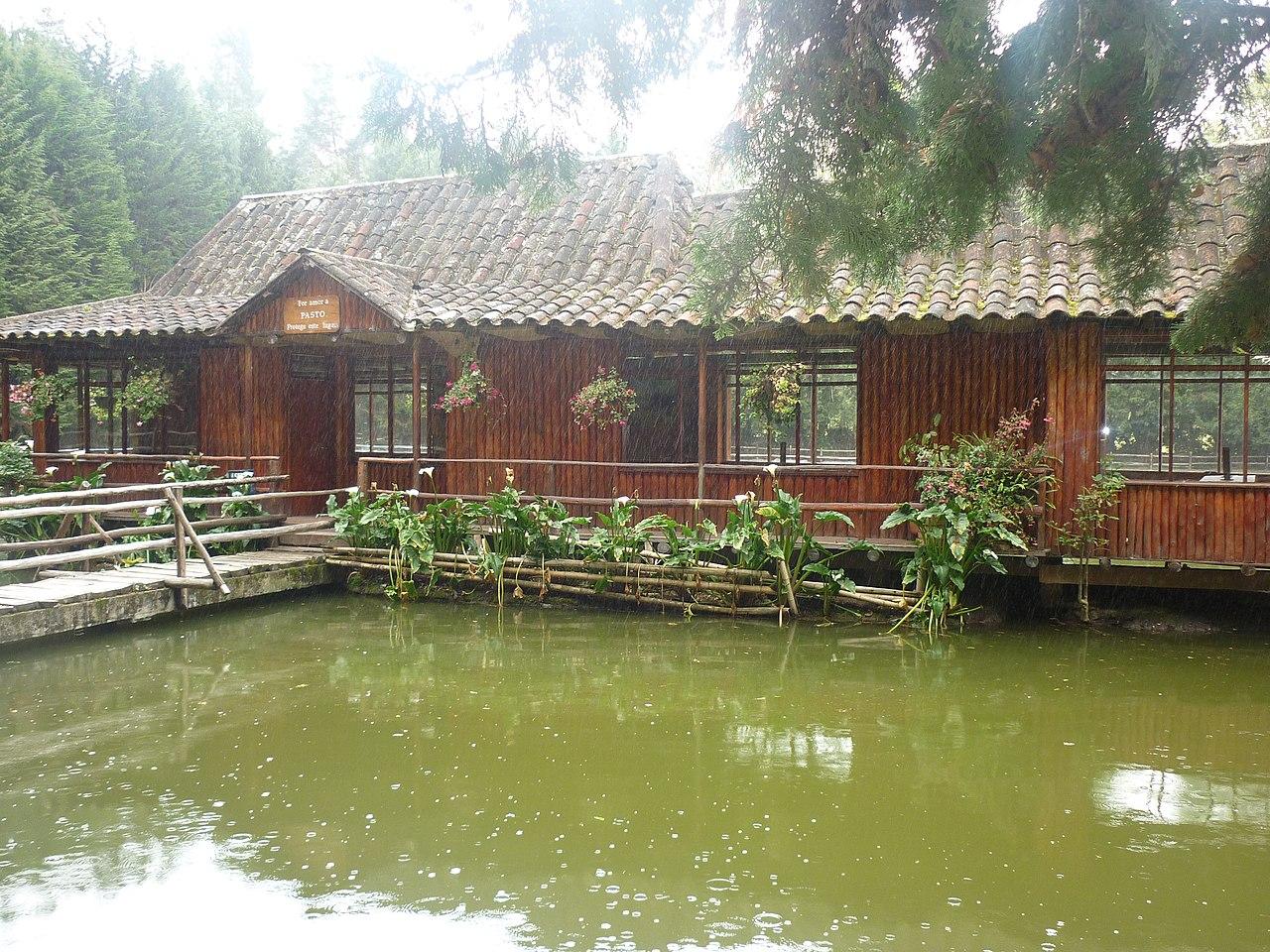 File frente de la casa del lago en el estadio de la - La casa del lago ...
