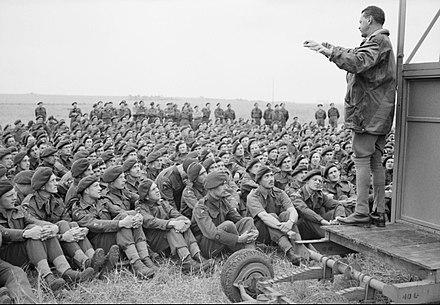 Il maggiore generale Richard Gale parla agli uomini della 6ª Divisione aviotrasportata durante i giorni immediatamente precedenti il D-Day