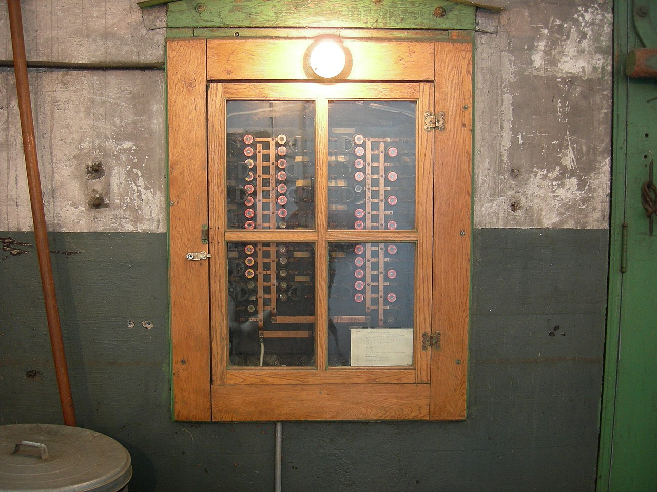 file georgetown powerplant museum fuse box jpg wikimedia commons rh commons wikimedia org Fuse Box Door Handle Fuse Box School