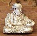 Giappone, periodo edo, netsuke (fermaglio per inroo), xix secolo, 021 uomo seduto.jpg