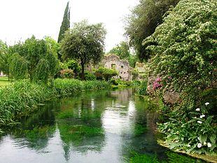 Visitato ogni anno da cinquantamila persone, il Giardino di Ninfa è la principale attrazione turistica della città