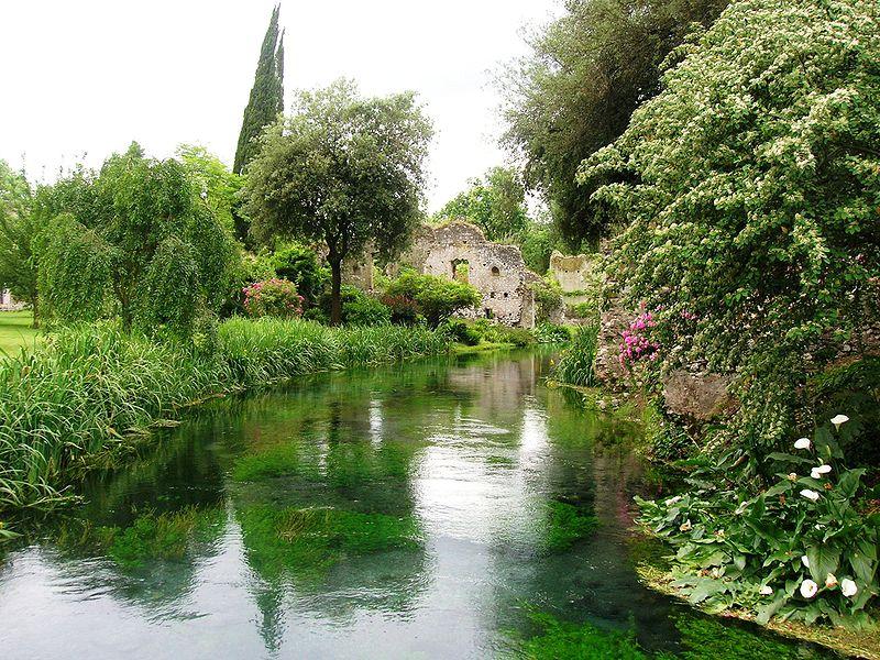File giardino di ninfa wikimedia commons - Cascate da giardino ...