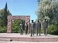Grupa statuo en parko.jpg