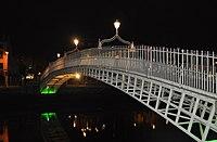 Ha'penny Bridge, Dublin, at night.jpg
