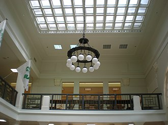 Hawaii State Library - Image: Hawaii State Library chandelier&skylight