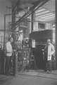 Heike Kamerlingh Onnes - 47 - Kamerlingh Onnes and chief of the cryogenic laboratory Gerrit Jan Flim (left) with the second helium liquefactor, 1919 Physics laboratory (Natuurkundig Laboratorium), Steenschuur, Leiden.png