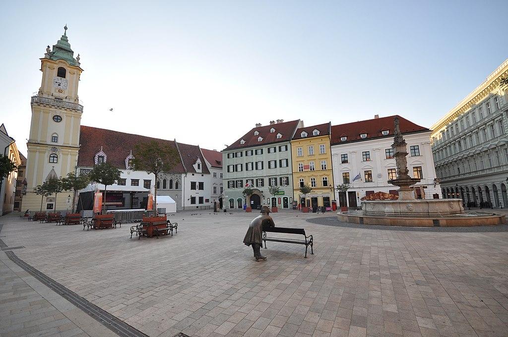 Bratislava'nın tarihi merkezindeki (Stare Mesto) ana meydan (Hlavne namestie)