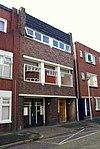 foto van Bedrijfspand met bovenwoning in de stijl van de Amsterdamse School