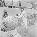 In de haven van Haifa wordt de bagage van de emigranten (oliem) van boord van he, Bestanddeelnr 255-1135.jpg