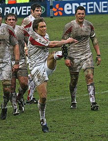 Photo de Jonny Wilkinson en train de dégager le ballon au pied.