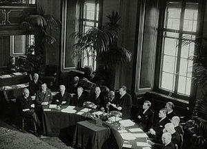 De ministers van het kabinet tijdens toespraak van Drees