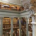Kansalliskirjaston pylväitä ja kirjoja.jpg