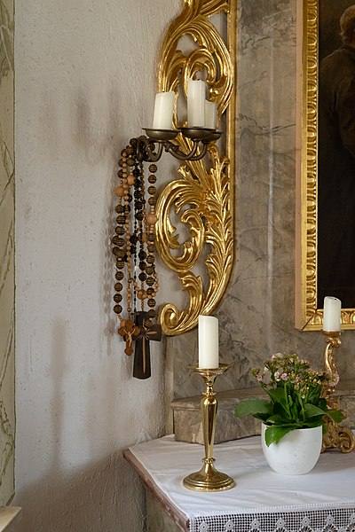 File:Konradskapelle (Mohrenhausen) - Prayer Beads hanging besides the altar.jpg